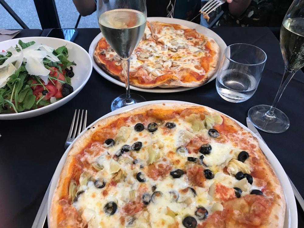 Sienipizza, artisokkapizza sekä tomaattisalaatti