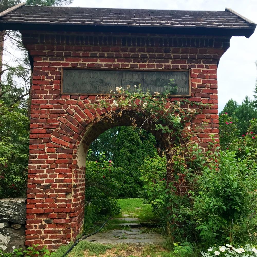 Sisäänkäynti kartanon hautausmaalle
