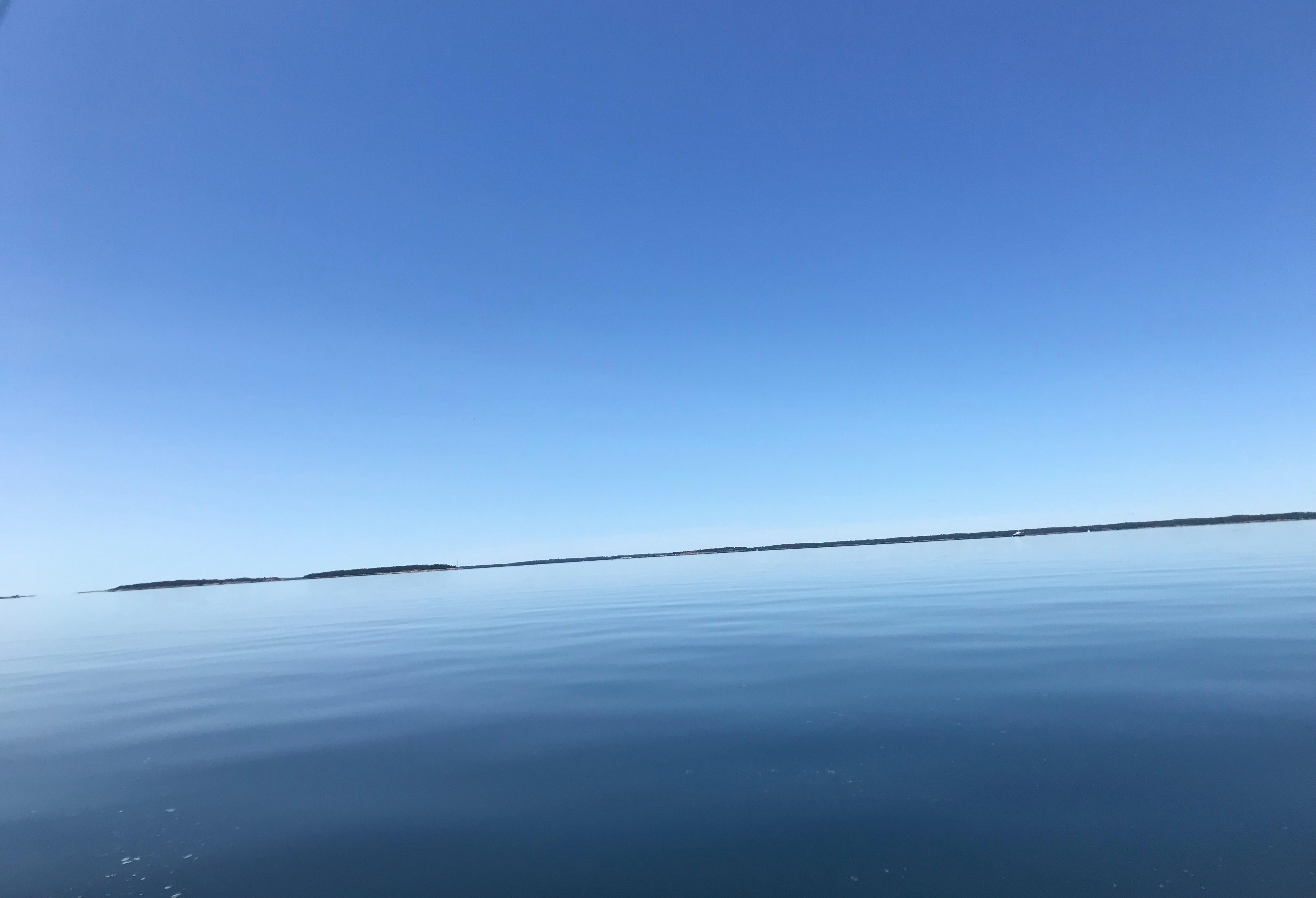 Meri ei oikeastaan enää tämän tyynempi voisi olla. Kaunista katsella ja mukavan tasaista menoa veneellä!