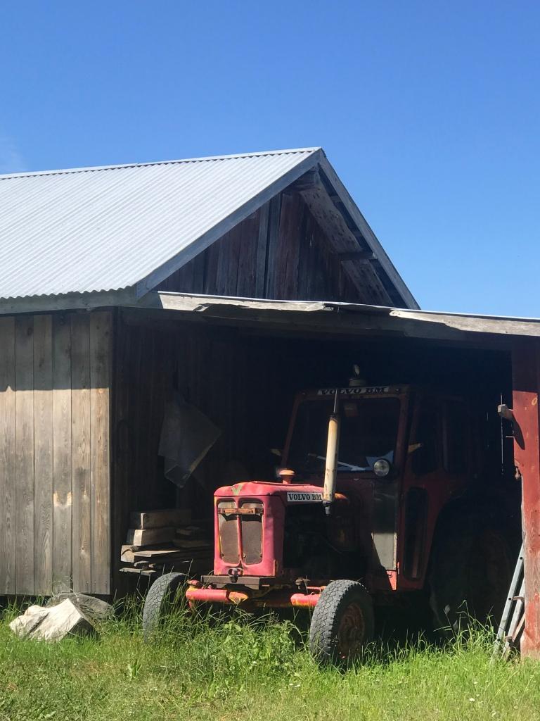 Hieman vanhemman polven traktori kävelymatkan varrelta.